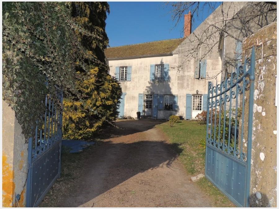Maison de notable du XVIIIème dans village classé.