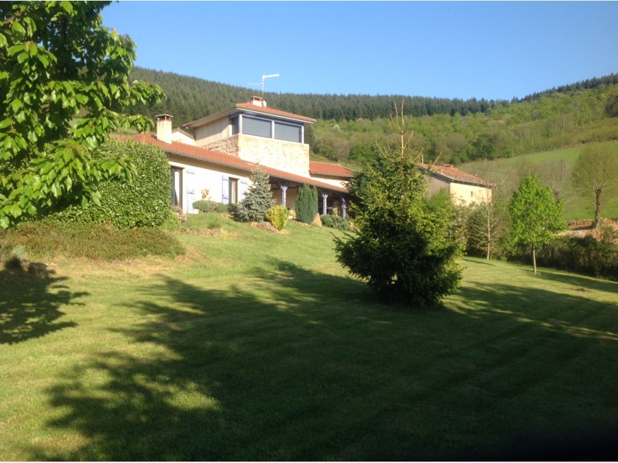 Hillside house with lovely views, in vineyard country near Mâcon