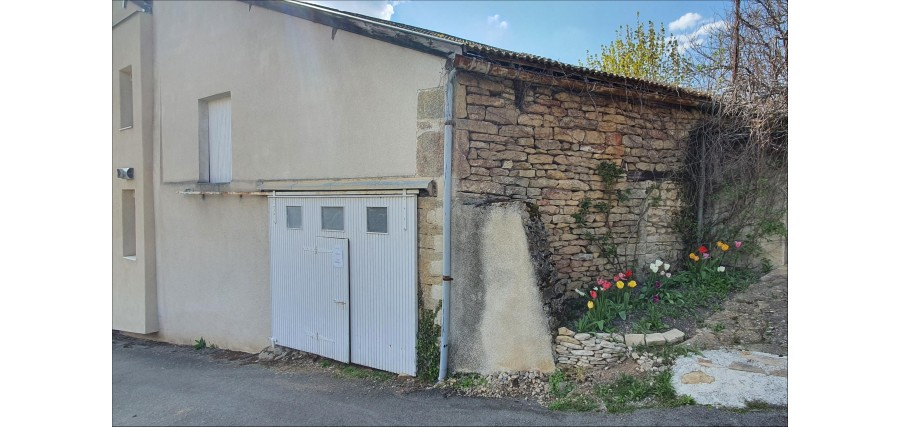 Close to Cluny, an old barn in a village