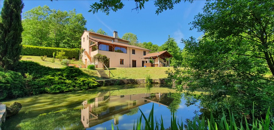 Recent house in two acres of land in the hills of the Mâconnais