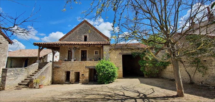 Belle maison Bourguignonne située au centre d'un village typique entre Cluny et Tournus