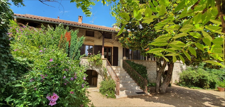 Maison en pierres apparentes avec grandes dépendances et jardin, dans un village du Mâconnais